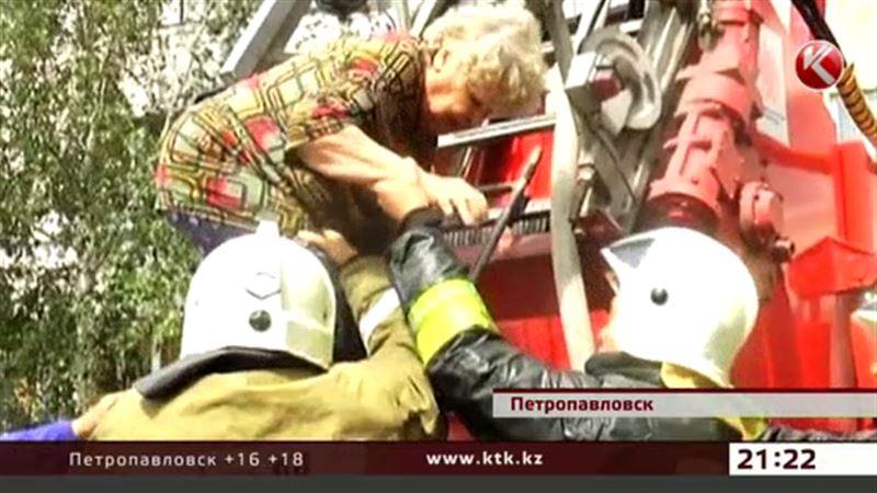 Жильцы горящего дома отказались эвакуироваться из-за страха высоты
