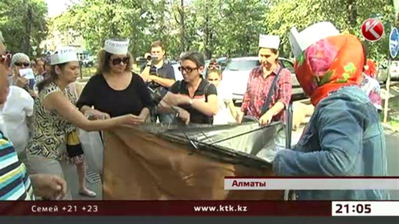 Алматинских ипотечников теперь носят на руках