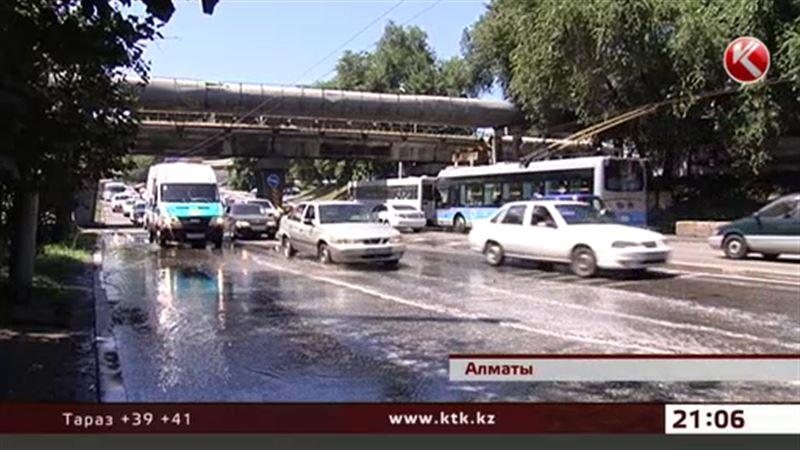 В Алматы в обрезанную магистраль по ошибке пустили воду