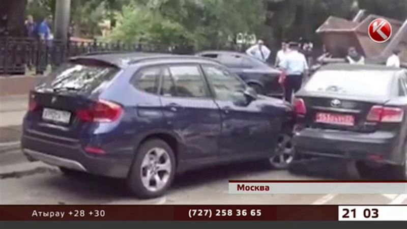 В Москве водитель протаранил сразу три иномарки казахстанского посольства