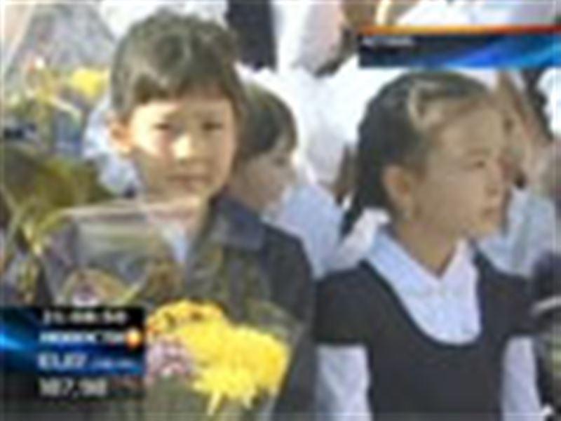 День знаний в Казахстане! Сегодня в 7 585 школ республики пошли около двух с половиной миллионов учеников