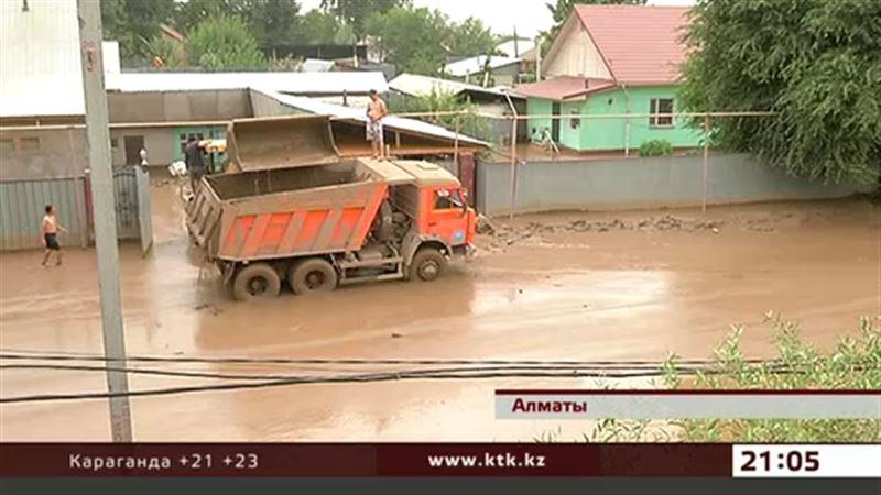 Жители затопленных селем домов в отчаянии – техники  не хватает катастрофически