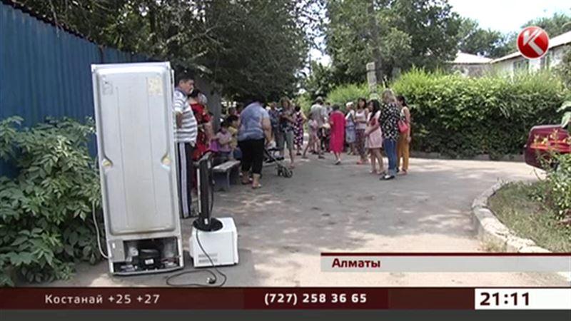 Алматинцы вдруг вынесли бытовую технику под сень деревьев