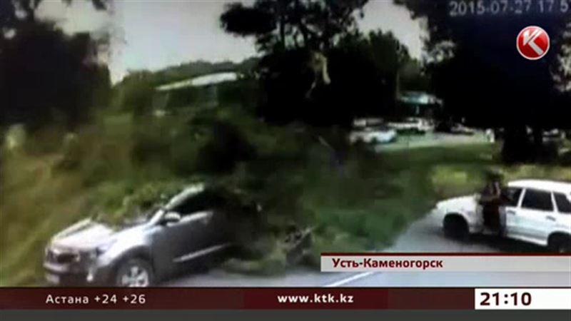Мужчина с ребенком чудом спаслись от падающего дерева