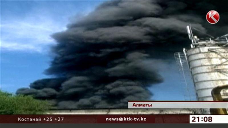 В Алматы горели склады с резиной и моторным маслом