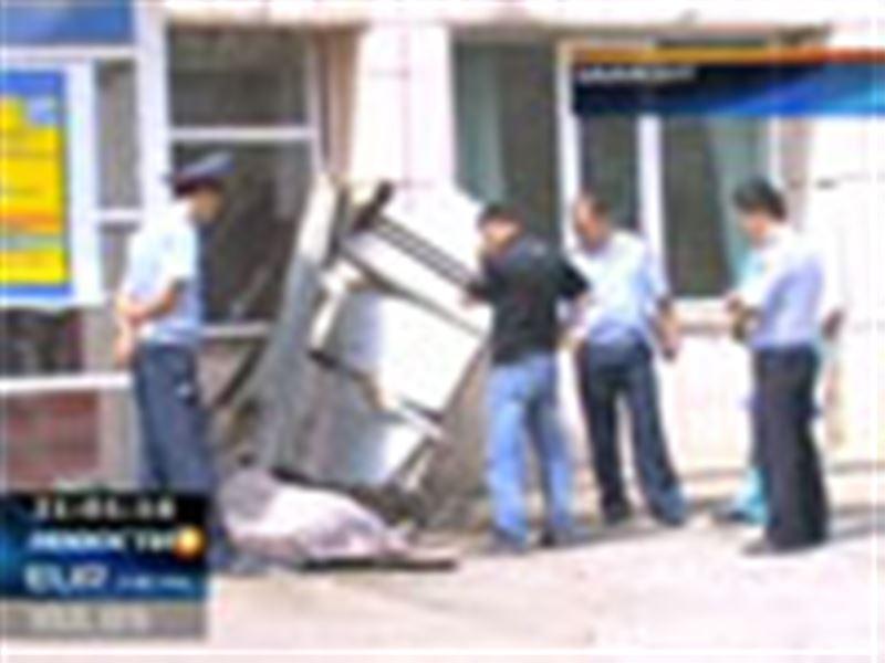 В Шымкенте из окна высотного здания выбросилась молодая женщина