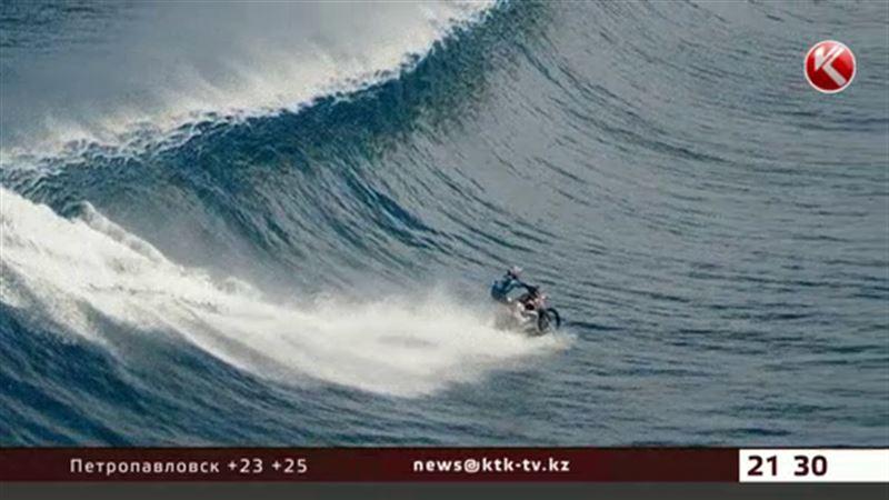 "Австралийский каскадёр ""проехался"" по волнам на мотоцикле"
