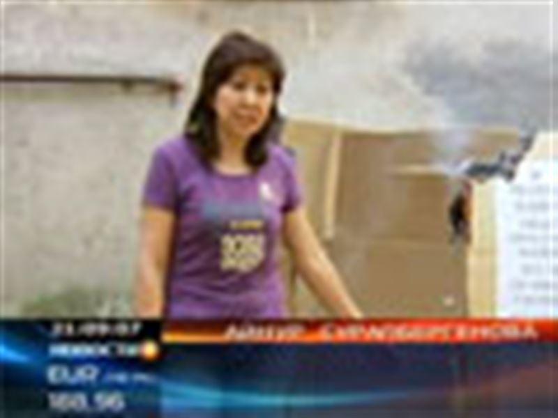 Отчаянный перфоманс ради квартиры! Сегодня в Алматы женщина соорудила картонный дом и подожгла его на глазах соседей