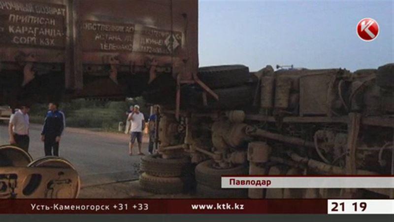 В Павлодаре товарный поезд протаранил грузовик с асфальтом