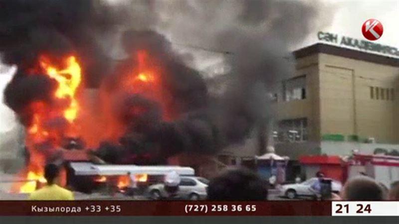В центре Алматы горел торговый дом