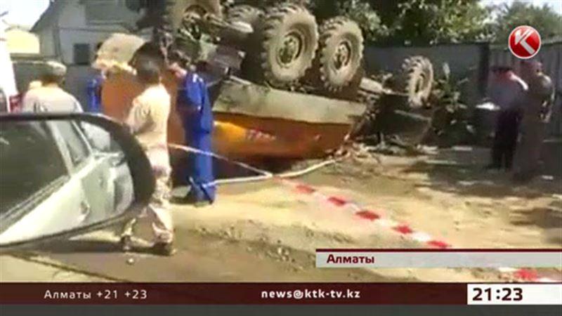 На окраине Алматы на пешеходов перевернулся водовоз, есть жертвы