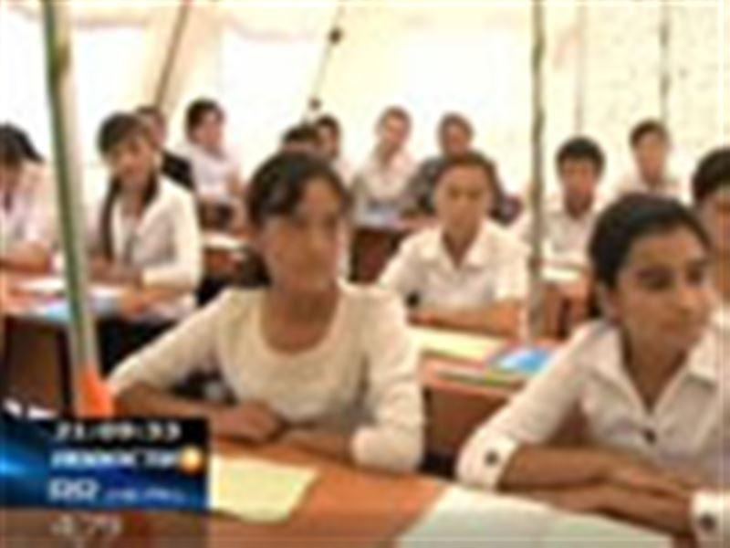 Сотни ошских учеников начали учебный год прямо в палаточном городке