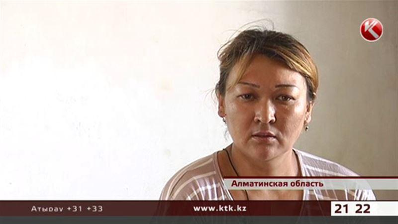 В Алматинской области женщину с пятью дочерьми выгоняют на улицу
