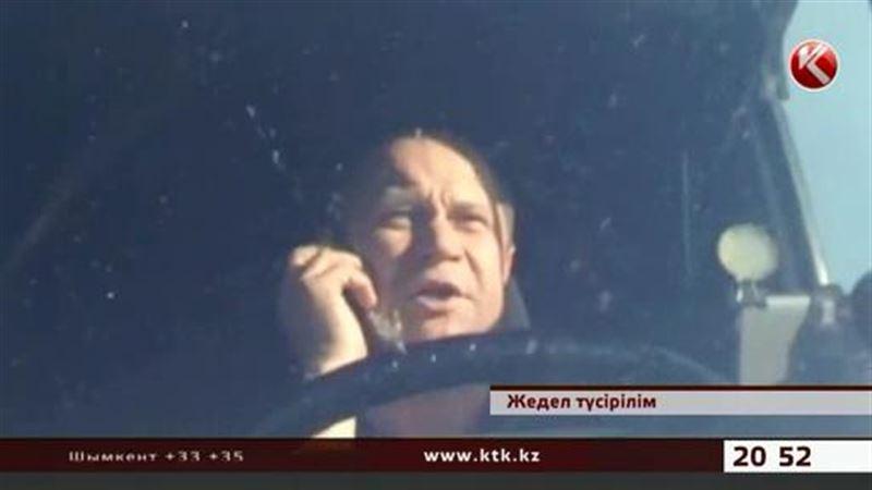 Шетелдік азамат қазақ полицейлеріне 40 минут көлігін ашпай, шай ішіп отырып алған