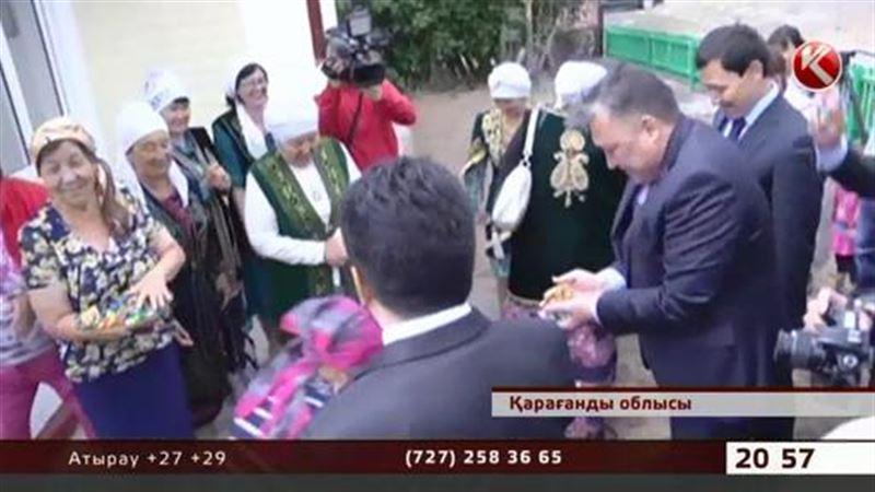 Акима Карагандинской области повсеместно зовут в гости