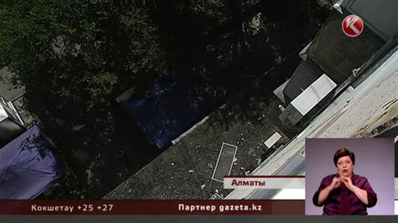 В Алматы мать выбросила из окна дочерей