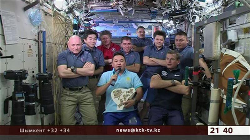 Казахстанский космонавт вышел на связь с Землей