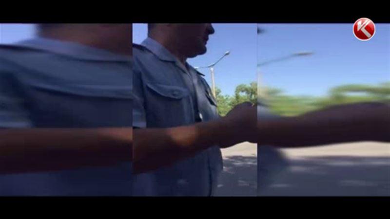 Водитель из Шымкента учил полицейских хорошим манерам