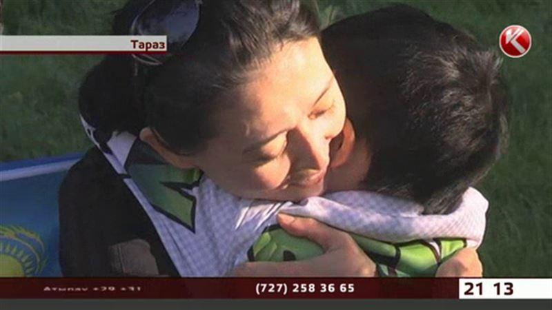 В Таразе побитого матерью мальчика вернули домой