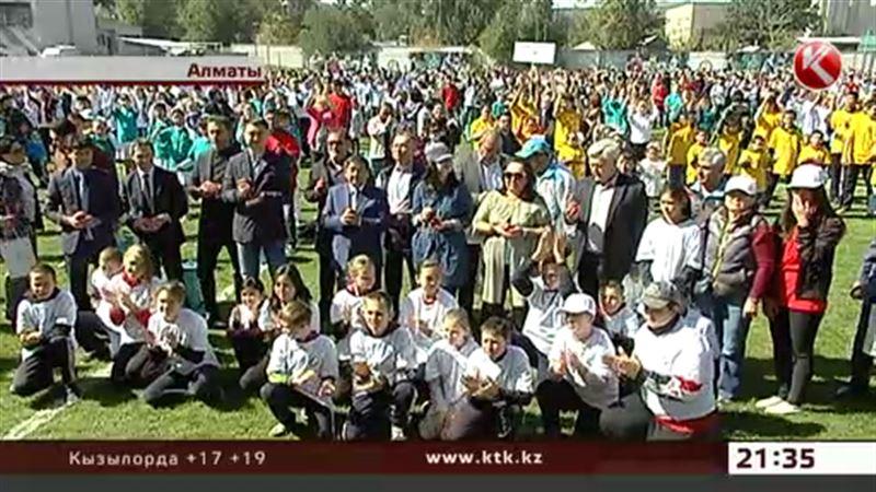 В Алматы молодежь съела три тысячи яблок