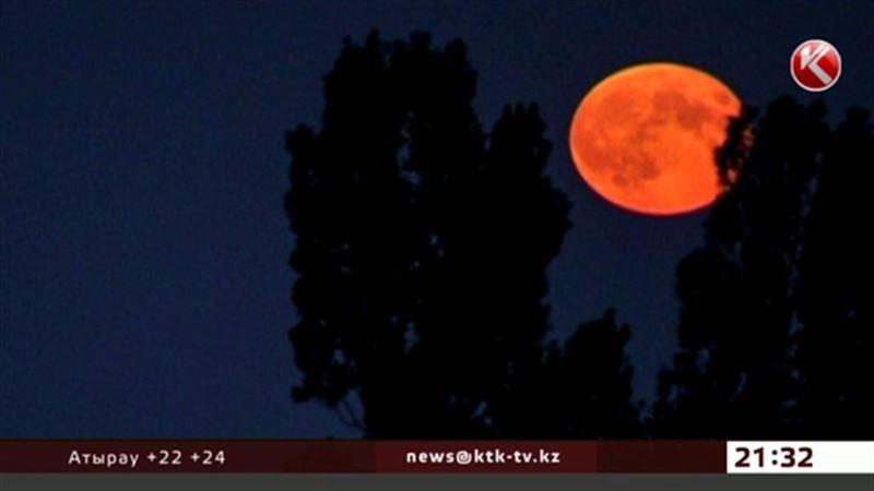 Над Землёй взошла багровая Луна