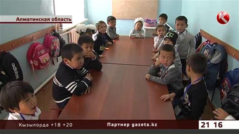 Школьники Алматинской области учатся, сидя на табуретках за кухонными столами