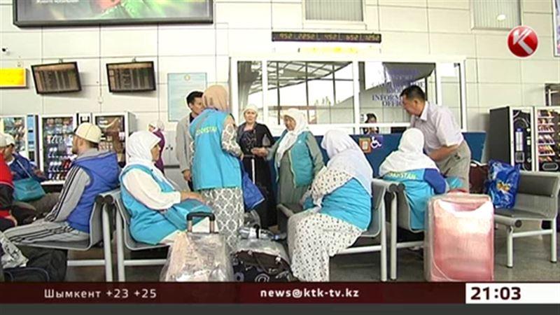 Голодные казахстанские паломники ожидают самолёт на полу аэропорта Джидды