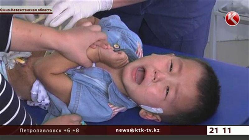 В Туркестане спасают малыша, выпившего щелочной раствор в детском саду