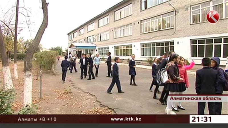 Школьный туалет стал причиной скандала в Алматинской области