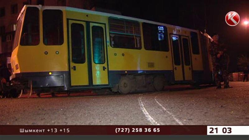 Дежавю алматинцев: неуправляемый трамвай протаранил 14 машин