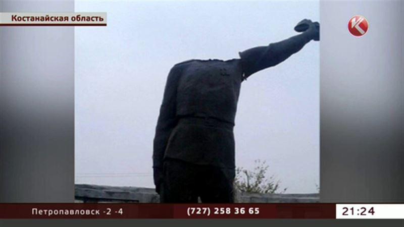 В Костанайской области изуродовали памятник герою