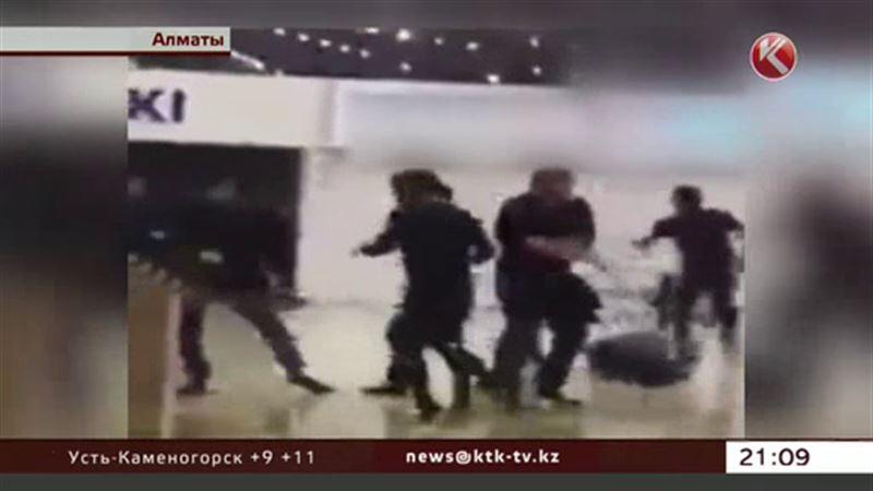 10 мужчин устроили побоище в торговом центре Алматы