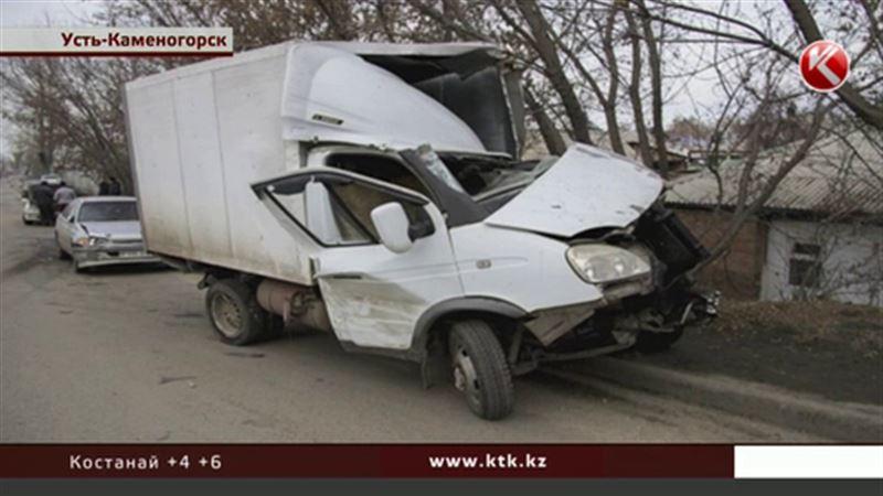 Восемь машин подмял экскаватор в Усть-Каменогорске