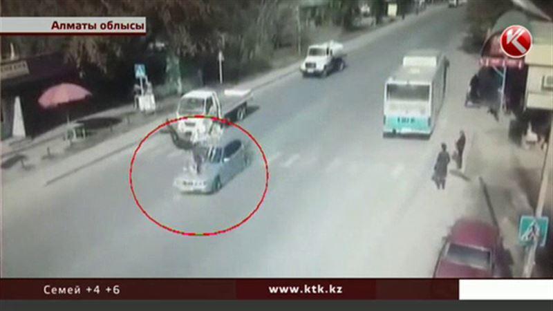 Алматы облысында бала жетектеген әйелді қаққан көлік камераға түсіп қалды