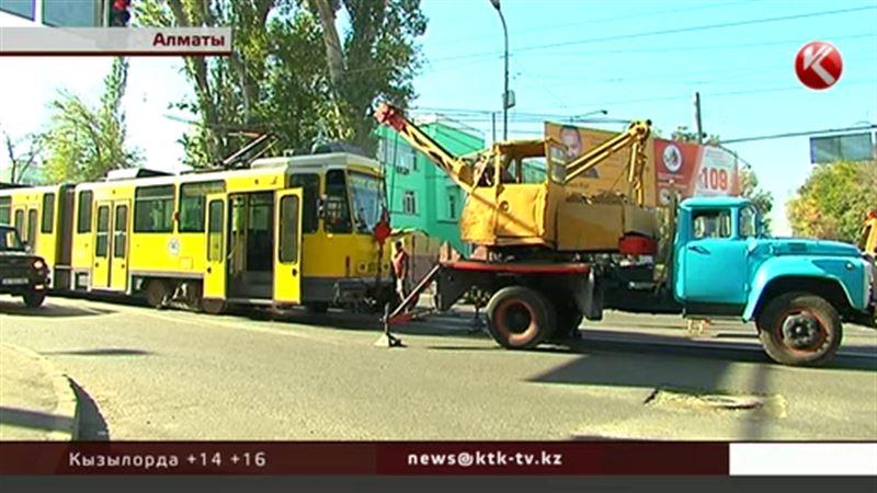 Алматинский трамвай стал разваливаться посреди дороги