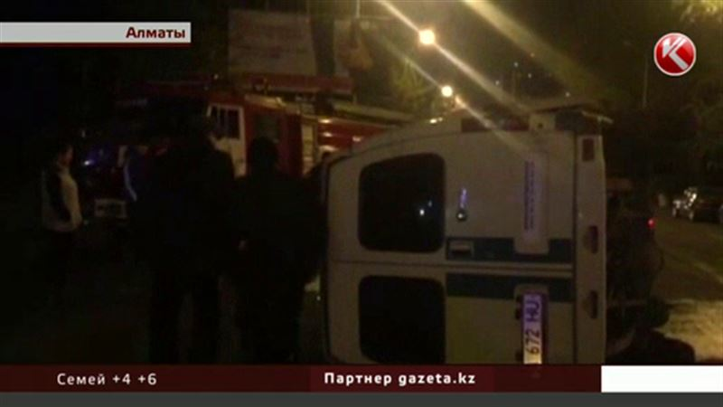На алматинской улице перевернулась машина с деньгами