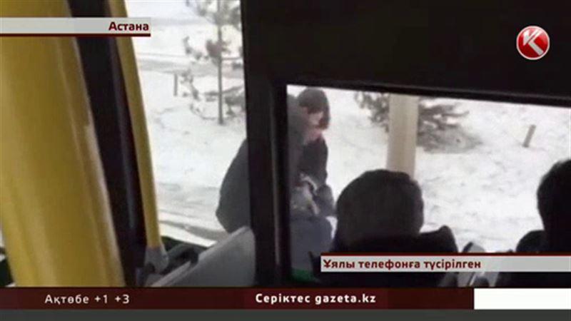 Астанада тура автобус ішінде төбелес болып кондуктордың тісі сынды
