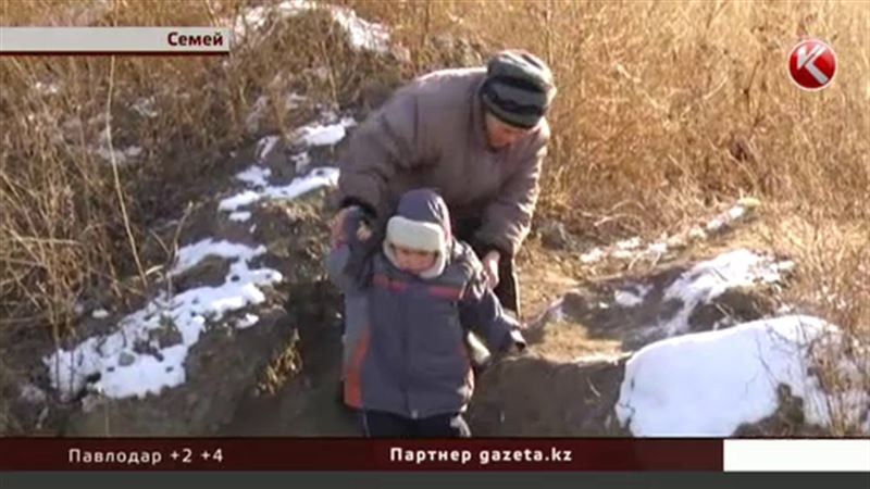 Жители Семея калечатся в оставленных коммунальщиками траншеях