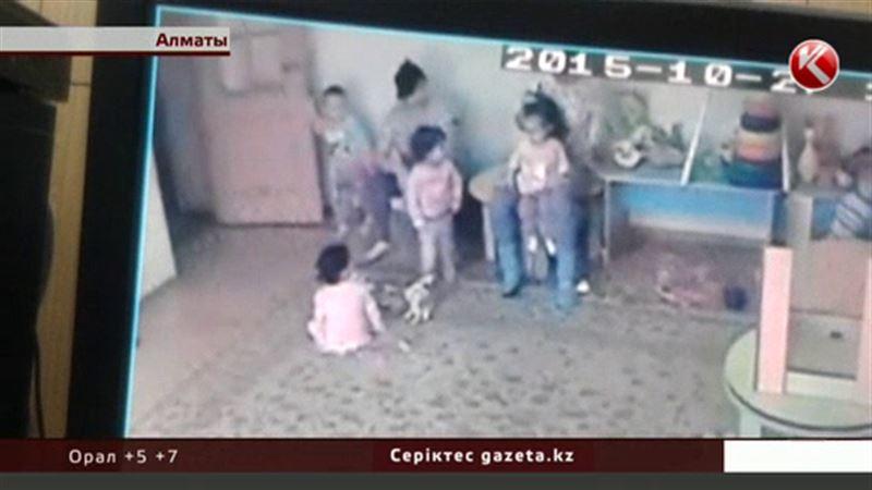 Алматыда қатігез тәрбиешілерімен аты шыққан бақшада балаларды еденге лақтырған