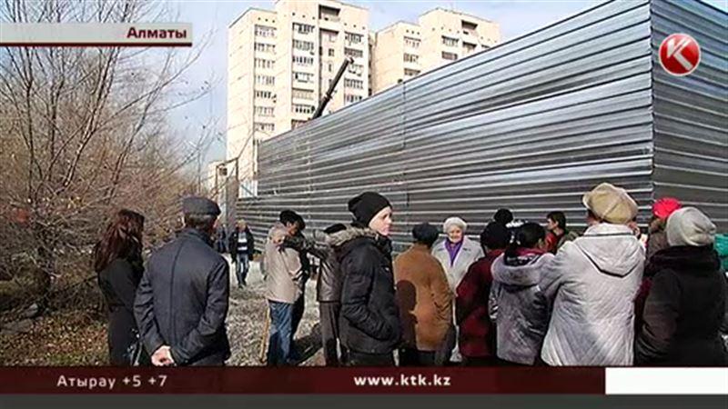 Алматинцы протестуют против строительства заправки в верхней части города
