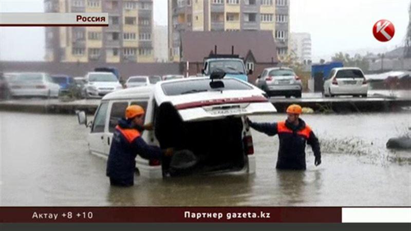 На дорогах Сочи вода поднялась выше капотов автомобилей