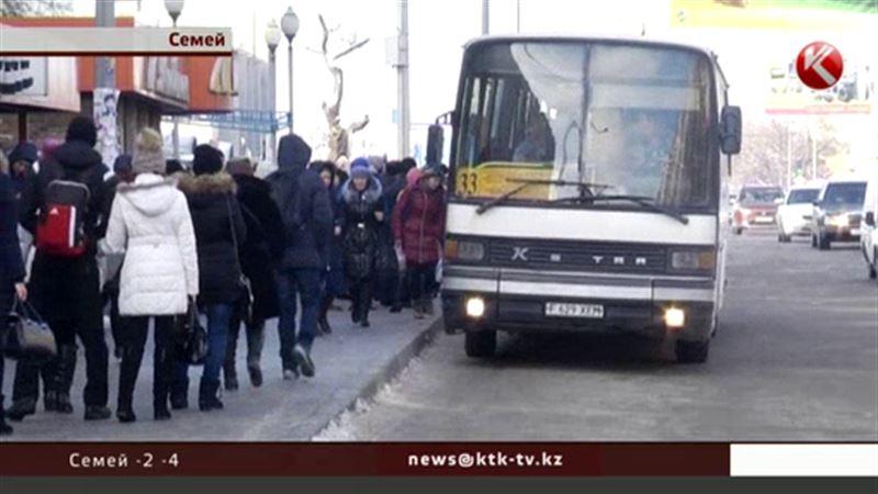 В автобусах Семея снова платят по-старому