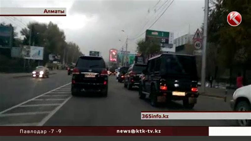 Полицейские Алматы наказали водителей-экстремалов свадебного кортежа