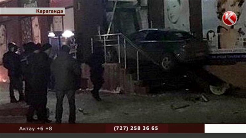 В Караганде «Мазда» взлетела и протаранила вход в аптеку