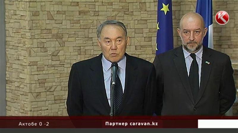 Назарбаев оставил запись в книге соболезнований в здании французского посольства