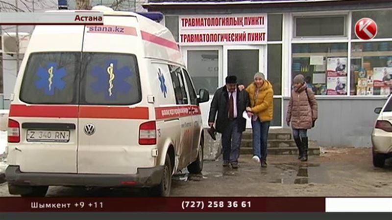 Астанада жедел жәрдем  көктайғақтан тайып құлағандарды тура көшеден алып кетіп жатыр