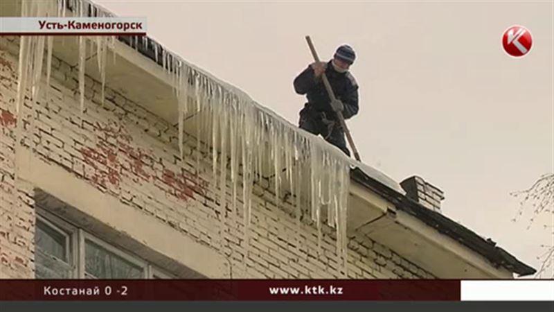 В Усть-Каменогорске нет управы на гигантские сосульки
