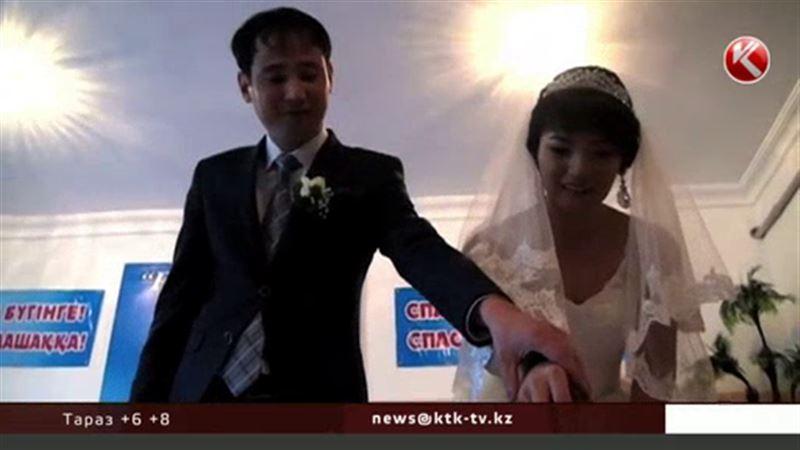 Шымкентские жених и невеста сыграли свадьбу для детей-беспризорников
