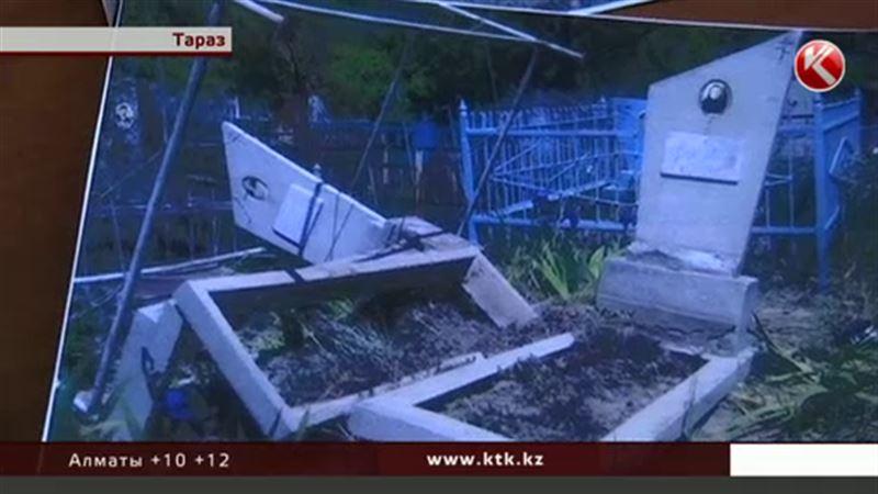 На кладбище Тараза за неделю разгромили 12 захоронений