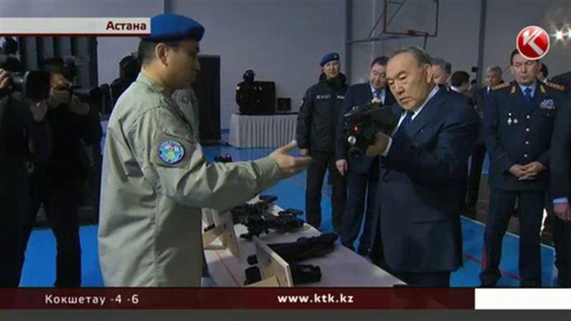 Назарбаев взял в руки оружие